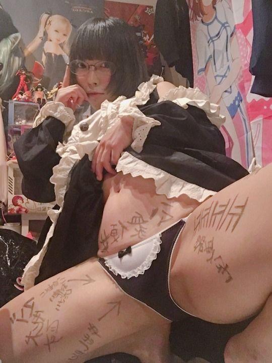 体に落書きされているコスプレのエロ画像まとめ 14