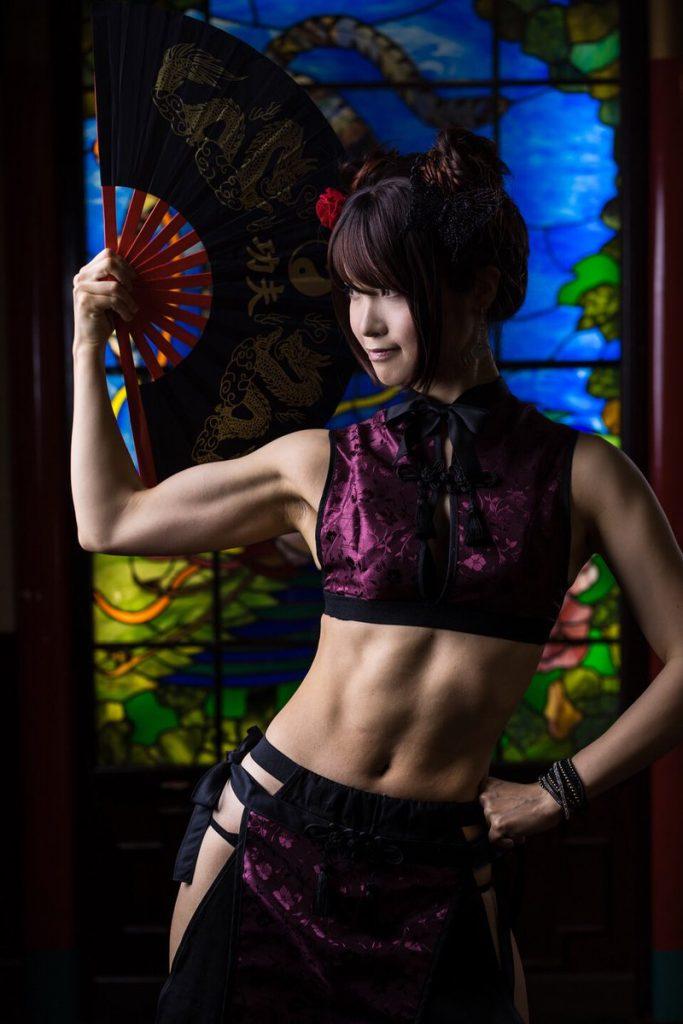 シックスパックな腹筋や筋肉など、ソフトマッシブなエロいコスプレ 06